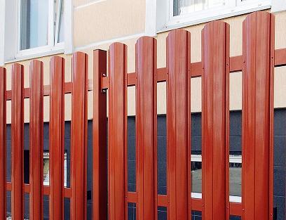 Металлоштакетник на заборе
